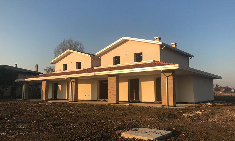 Nuova casa bifamiliare in costruzione a bojon